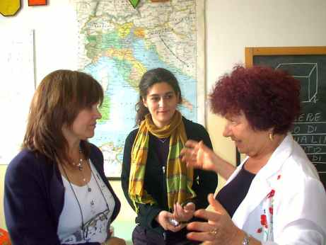 Anna Linzalone e Nicoletta Torre discutono con gli insegnanti